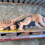 Skulptur aus gebranntem Ton - Ganzansicht mit Wagen
